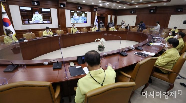 [포토] 홍남기 총리 직무대행 주재 코로나19 중대본 회의