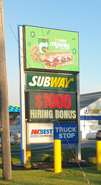미국의 패스트푸드 업체 서브웨이의 한 지점 앞에 보너스 1000달러를 내건 채용 공고문이 놓여져있다.