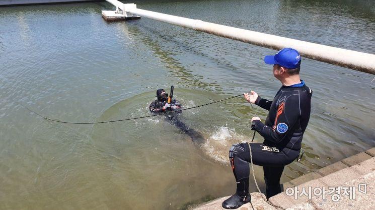 김철주 UTR 본부장이 11일 한강에서 수중 수색을 진행하고 있다./사진=이정윤 기자 leejuyoo@