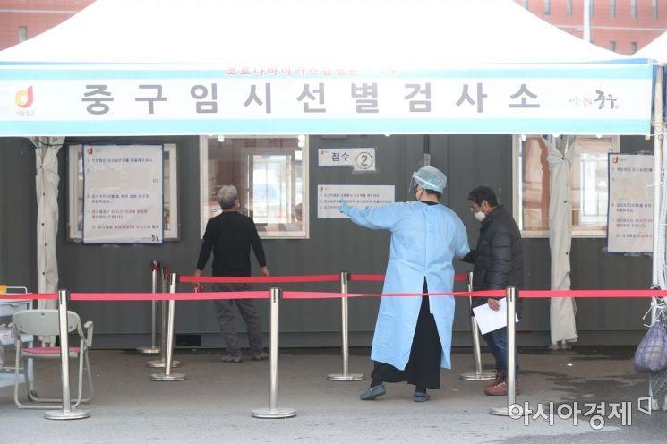 국제 간호사의 날인 12일 서울역 광장에 마련된 코로나19 임시 선별검사소에서 의료진이 분주하게 일하고 있다. /문호남 기자 munonam@