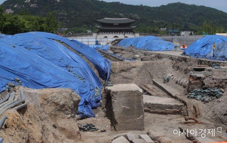 [포토] 광화문광장 조선시대 육조거리 발굴 현장…시민에 공개