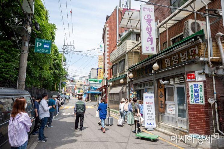 [포토]이른 더위에 냉면집 찾은 시민들