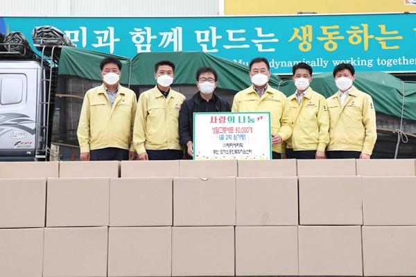 ㈜테라세라믹 정용무 대표가 2억원 상당의 생활 그릇 세트를 기부했다. (사진=무안군 제공)