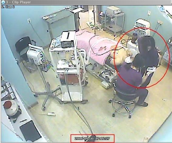 2016년 공장식 유령수술로 사망한 고 권대희 씨 수술 당시 CCTV 영상. 수술대에 누워있는 권씨를 앞에 두고 간호조무사들이 휴대폰을 들여다 보고 있다. 사진=환자권익연구소