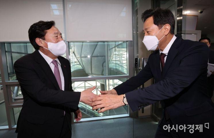 [포토]악수하는 오세훈 시장과 김기문 회장