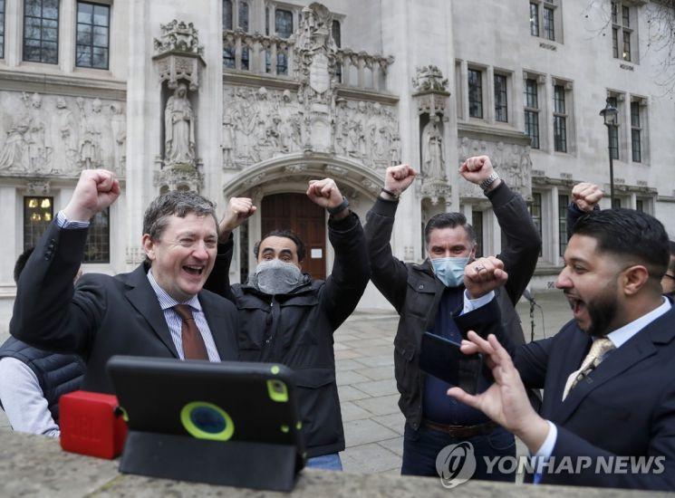 우버 운전자들이 지난 2월19일(현지시간) 런던 대법원 밖에서 승소 판결을 듣고 환호하고 있다. / 사진=연합뉴스