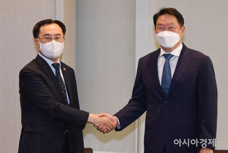 [포토]손 꼭 잡은 문승욱 장관과 최태원 회장