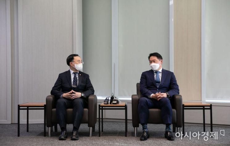 [포토]대화 나누는 문승욱 장관과 최태원 회장