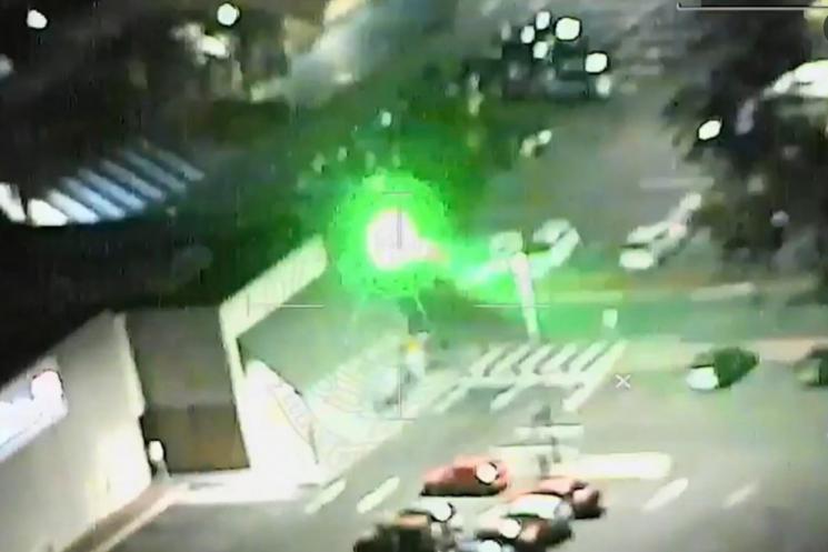 지난 9일 오후 호주 시드니 백슬리에 사는 A(16)군은 자신의 집 뒷마당에서 시드니 공항으로 착륙하는 여객기를 향해 녹색 레이저빔을 쏘고 출동한 경찰 헬기에도 같은 공격을 했다가 체포됐다. 사진=트위터 캡처