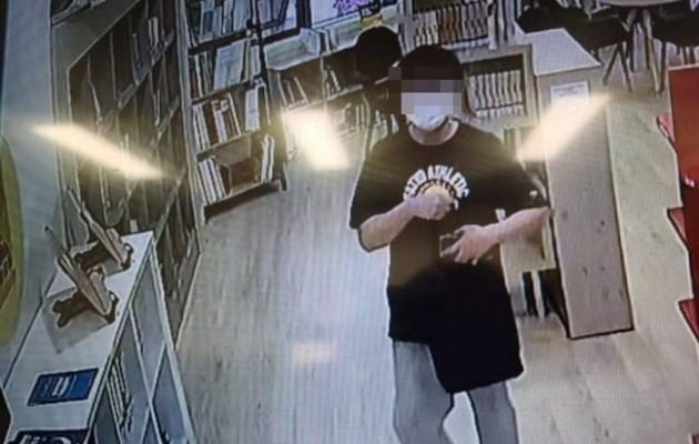 12일 천안의 한 도서관에서 한 남성이 음란행위를 했다는 제보 사진./사진제공='천안에서 전해드립니다' 페이스북