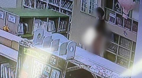 천안의 한 도서관에서 한 남성이 음란행위를 하는 모습./사진제공='천안에서 전해드립니다' 페이스북