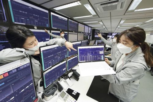 KT는 인공지능(AI) 기반의 '미디어 플랫폼 AI 관제 시스템'을 국내 최초로 상용화했다고 13일 밝혔다. 서울 영등포구 kt미디어센터에서 연구원들이 미디어 플랫폼을 관제하고 있다.