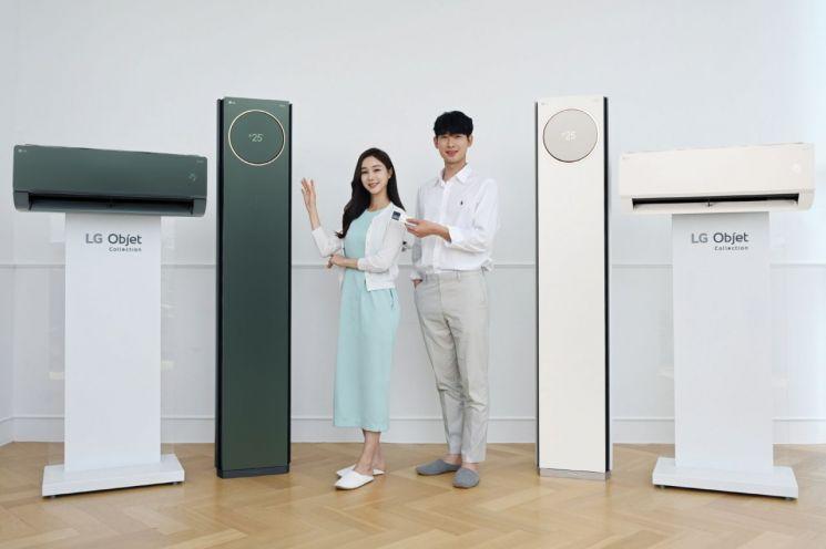 LG전자 모델들이 카밍 그린 오브제컬렉션 색상(제품 왼쪽)이 적용된 LG 휘센 타워 에어컨을 소개하고 있다.[사진제공=LG전자]