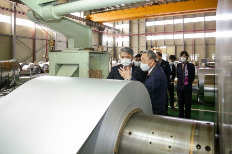 이인호 한국무역보험공사 사장(왼쪽)이 12일 광주에 위치한 철강 소재부품 수출 중소기업인 대웅에스앤티를 방문해 현장을 둘러보고 있다.