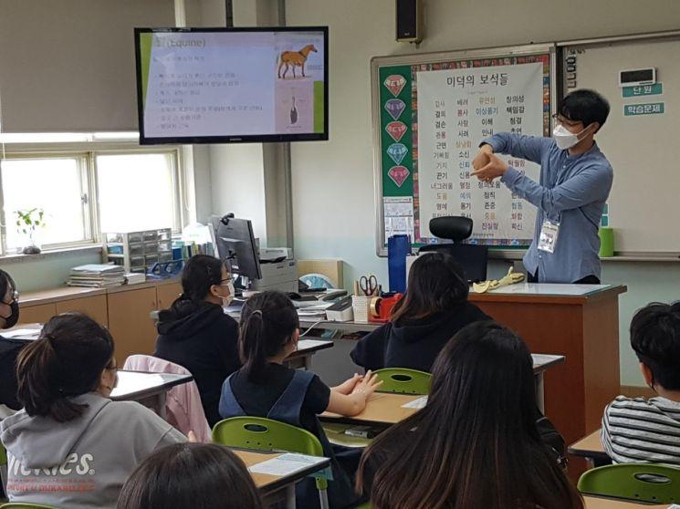 한국마사회 부산경남지역본부 수의사들이 12일 경남 양산시 성산초등학교를 방문해 '찾아가는 전문직업인 체험' 강연을 진행하고 있다.