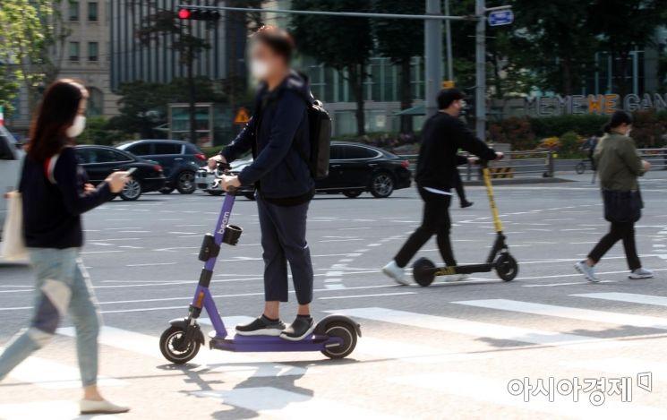 전동킥보드 등 개인형 이동장치(PM)의 이용 규제를 강화하는 도로교통법 개정안이 시행된 13일 서울 시내에서 시민들이 전동퀵보드를 타고 이동하고 있다.개정안에 따르면 '제2종 원동기장치자전거면허' 이상의 운전면허증 보유자만 전동 킥보드를 탈 수 있고 헬멧 없이 탑승하면 2만 원의 범칙금이 부과된다./김현민 기자 kimhyun81@