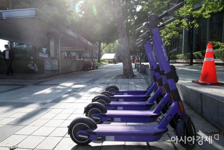 전동킥보드 등 개인형 이동장치(PM)의 이용 규제를 강화하는 도로교통법 개정안이 시행된 13일 서울 시내에서 전동퀵보드가 세워져 있다.개정안에 따르면 '제2종 원동기장치자전거면허' 이상의 운전면허증 보유자만 전동 킥보드를 탈 수 있고 헬멧 없이 탑승하면 2만 원의 범칙금이 부과된다./김현민 기자 kimhyun81@