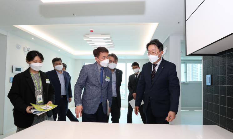김현준 LH 사장이 13일 안양시 '미래타운' 공공전세주택을 방문해 전세대책 이행 현장을 점검하고 있다.