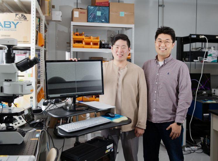 임재관 연구원(좌측)과 정준우 교수(우측). 모니터에 밝기가 다른 중수와 경수 물방울 사진이 있다. [이미지출처=유니스트]