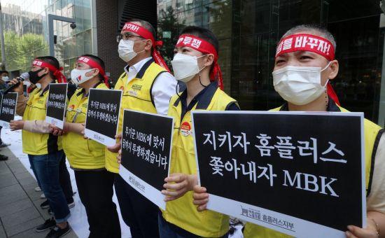 홈플러스 여성노동자들이 지난 5월 서울 광화문 디타워 MBK 앞에서 운영사 MBK파트너스의 주요 점포 폐점 매각을 규탄하며 집단 삭발한 뒤 기자회견을 하고 있다. /김현민 기자 kimhyun81@