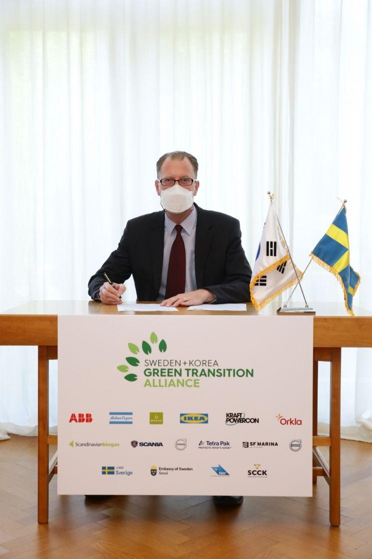 서약에 서명하는 프레드릭 요한손 이케아 코리아 대표 및 최고 지속가능성 책임자. [사진제공=이케아 코리아]