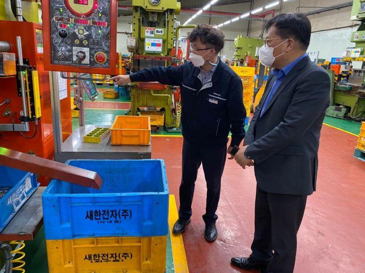 이재홍 TIPA 원장(오른쪽)이 새한㈜의 생산 현장을 둘러보며  회사 관계자로부터 제품 및 생산 공정에 대한 설명을 듣고 있다. [사진제공=TIPA]