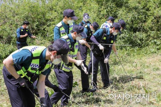 지난 11일 서울 서초구 반포한강공원 수상택시 승강장 인근에서 경찰병력이 故 손정민씨 친구의 휴대폰 수색 작업을 하고 있다. / 사진=강진형 기자aymsdream@
