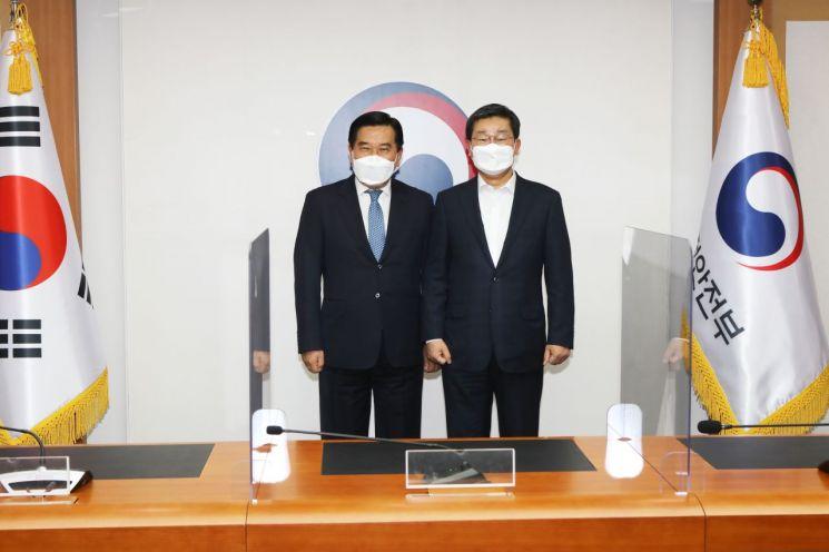 전해철 행안부 장관(오른쪽)과 조영훈 전국시군자치구의회 의장협의회 회장