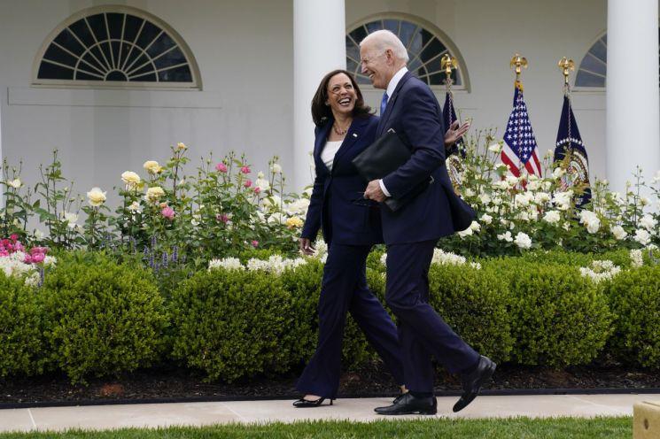 조 바이든 미국 대통령이 카멀라 해리스 부통령과 함께 마스크를 하지 않고 사회적 거리두기 없이 백악관 정원을 걷고 있다. [이미지출처=AP연합뉴스]