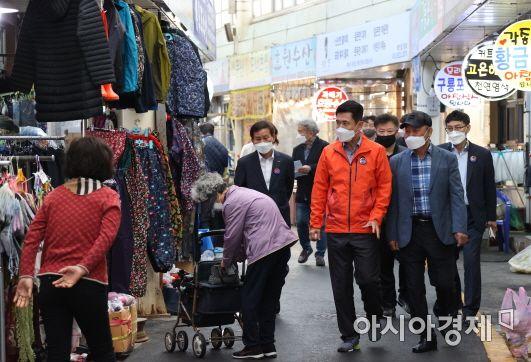 이강덕 시장이 13일 구룡포시장 5일장을 방문하고 있는 모습.