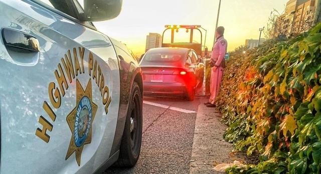 지난 10일 미국 캘리포니아주 한 고속도로에서 난폭운전 등 혐의로 체포된 20대 파람 샤르마. / 사진=페이스북 캡처