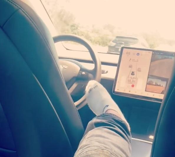 샤르마는 오토파일럿 기능에 의지한 채 뒷좌석에 앉아 고속도로를 주행한 것으로 조사됐다. / 사진=인스타그램 캡처