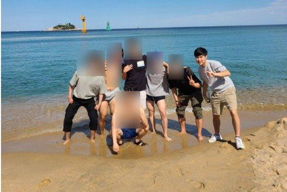 손정민씨 아버지 손현씨가 아들이 물을 싫어하고 무서워했다며 게시한 사진. 손정민씨만 양말, 운동화를 모두 신은채 물이 아닌 모래에 서 있다. 사진=손현씨 블로그