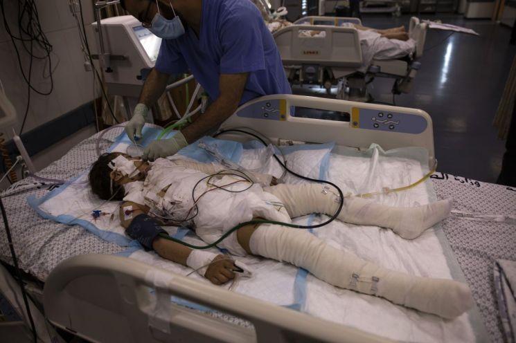 13일(현지시간) 팔레스타인 가자지구의 시파 병원 중환자실에서 이스라엘군의 공습으로 부상당한 소녀가 치료받고 있다. 이날 가자지구에서는 이스라엘군의 공습으로 어린이 28명을 비롯해 109명이 사망하고 530여명의 부상자가 발생한 것으로 알려졌다. 가자지구=AP·연합뉴스
