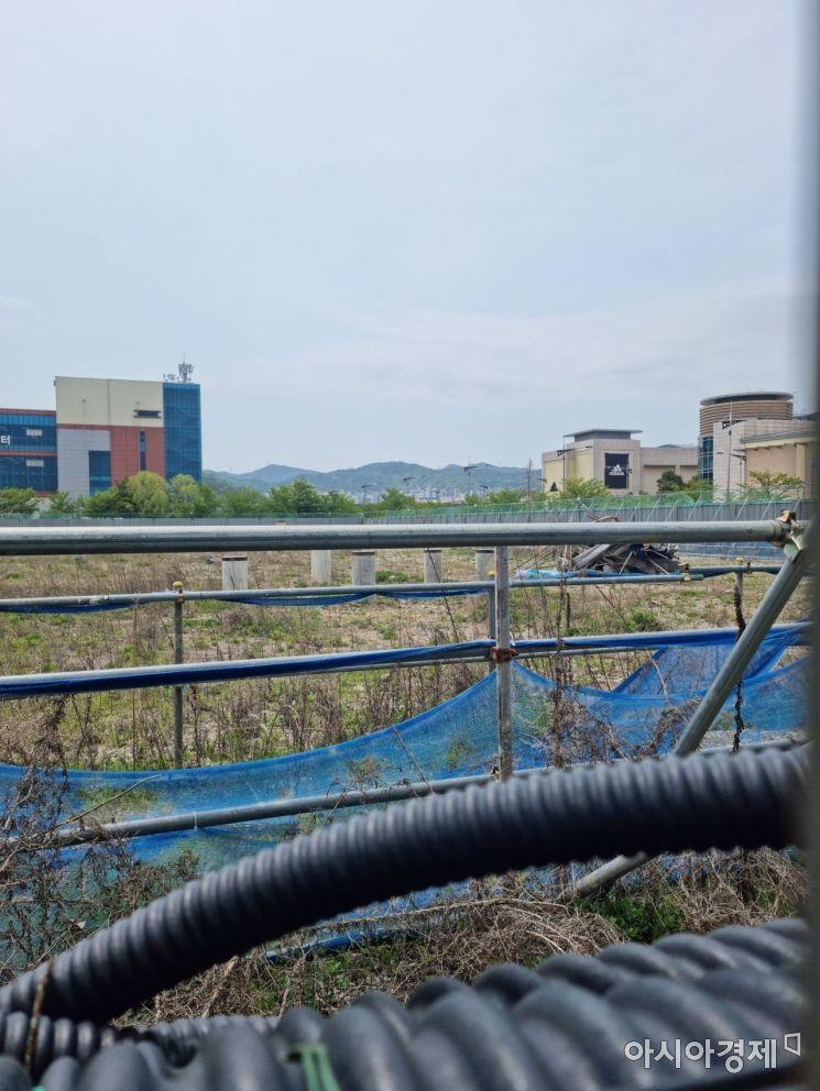 공사 중단된 경남 김해시 장유 롯데 관광유통단지 3단계 사업 대형마트 터./이상현 기자 lsh2055@