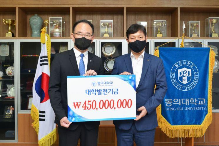 KB국민은행이 지난 13일 동의대 한수환 총장에게 대학발전기금 4억5000만원을 전달했다.