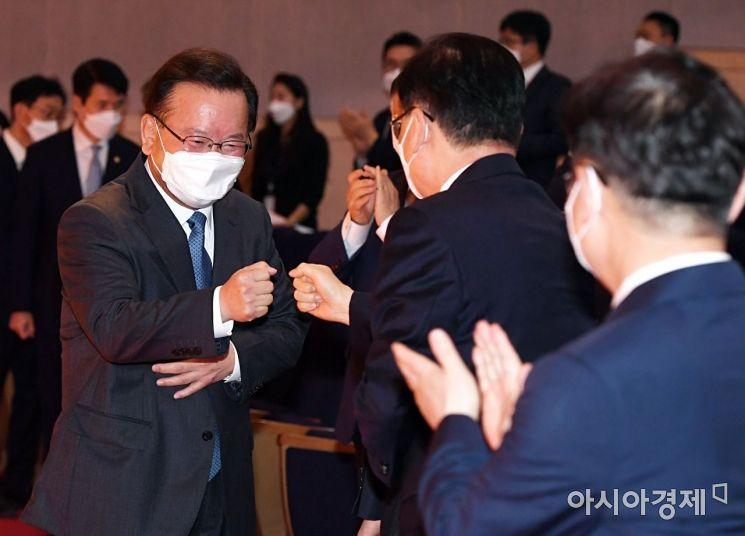 [포토] 국무위원들과 인사하는 김부겸 총리