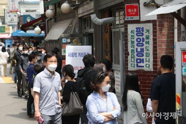 [포토]점심시간 냉면집 앞 대기하는 시민들