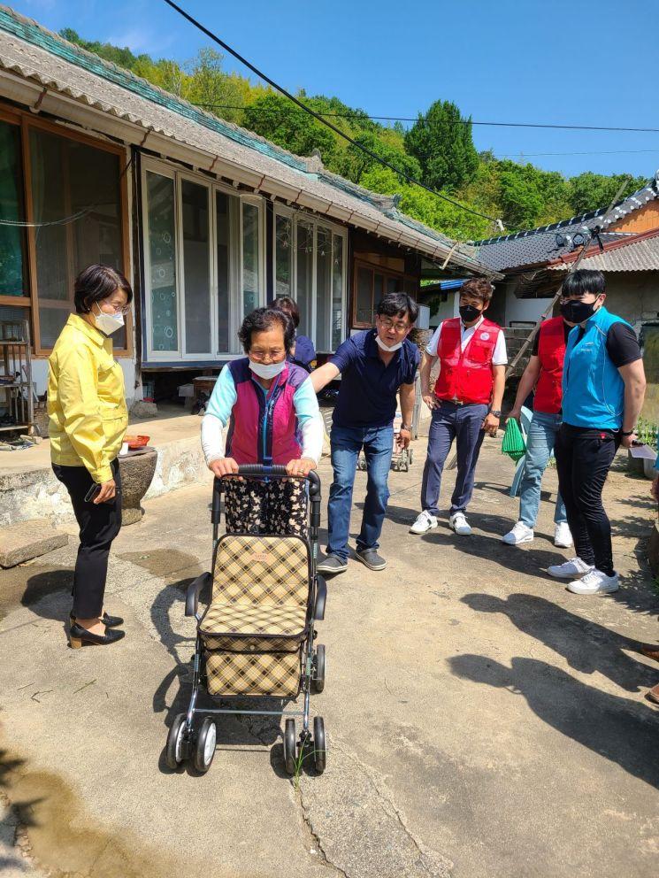 광양시 진상면, 독거노인 가정에 편의시설 및 성인용 보행기 지원