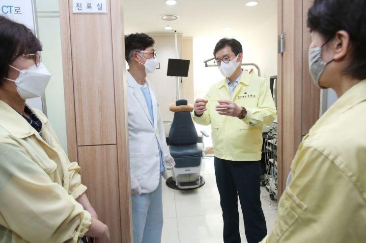 [포토]정원오 성동구청장, 코로나19백신접종 위탁의료기관 현장점검 및 의료진 격려