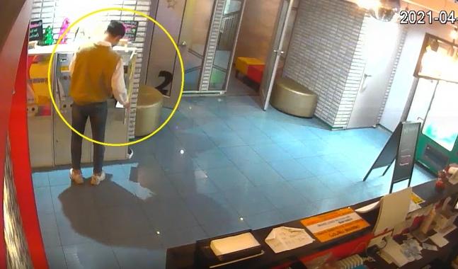 대전 중구의 한 무인점포에 침입해 절도 행각을 벌이고 있는 A씨. 사진제공=대전경찰청