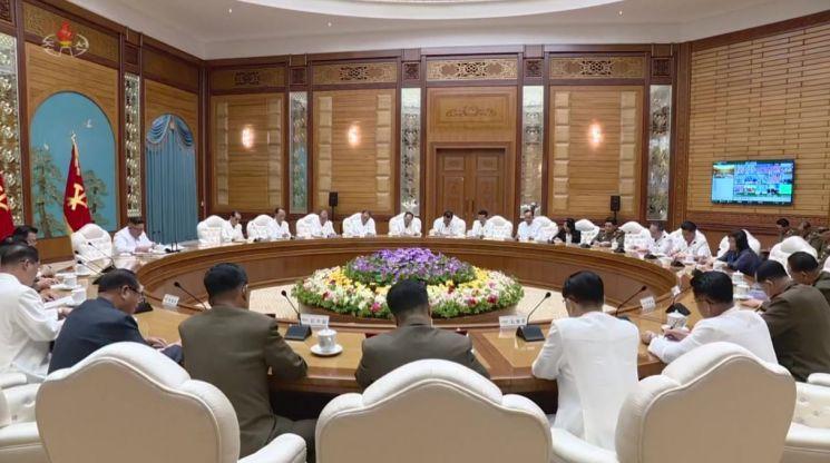지난해 7월 북한 평양에서 열린 회의에서, 벽면에 자체 개발한 화상 회의 프로그램 '락원'이 실행되고 있는 모습이 포착됐다. [사진제공=조선중앙TV]