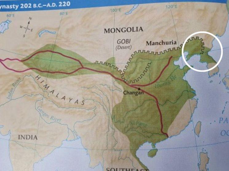 글랜코 출판사가 발행한 '세계 역사' 교과서에 만리장성이 평안북도까지 펼쳐있고, 한강 이북 고구려 영토가 중국 영토로 표기되어 있다. [사진제공=반크]