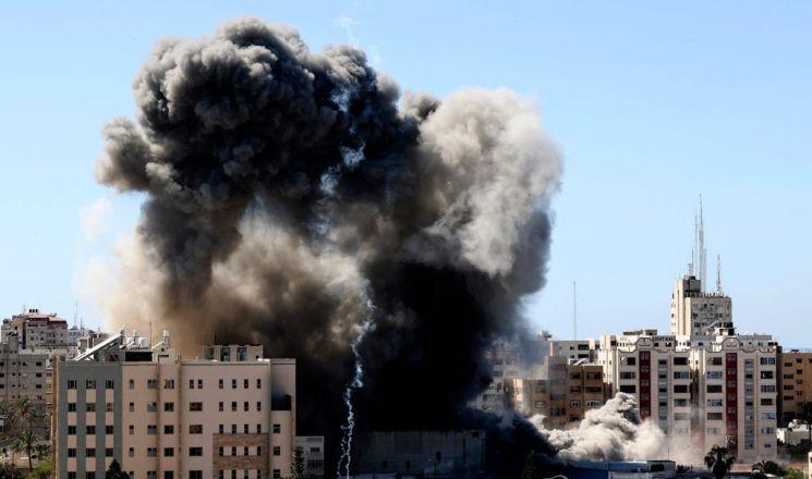 이스라엘군 공습으로 검은 연기 치솟는 가자지구 /AFP 연합뉴스