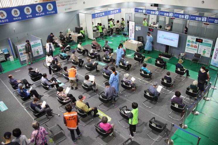 지난 14일 오후 서울 서대문구 예방접종센터에서 접종을 마친 시민들이 관찰구역에 앉아 대기하고 있다. [이미지출처=연합뉴스]