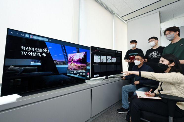 LG전자 연구원들이 최신 TV와 재작년 출시된 제품에 각각 탑재된 webOS 브라우저를 비교하며 테스트를 진행하고 있다.[사진제공=LG전자]