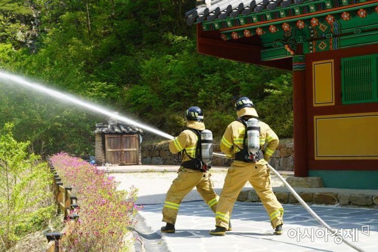 경북소방본부가 부처님 오신날에 대비해 합동소방훈련을 하고 있는 모습.