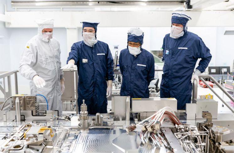 지난해 10월 이재용 삼성전자 부회장(왼쪽에서 두번째)이 네덜란드 에인트호번에 위치한 ASML 본사를 찾아 김기남 삼성전자 DS부문장 부회장(왼쪽에서 세번째)과 EUV 장비를 살펴보고 있다. [이미지출처=연합뉴스]