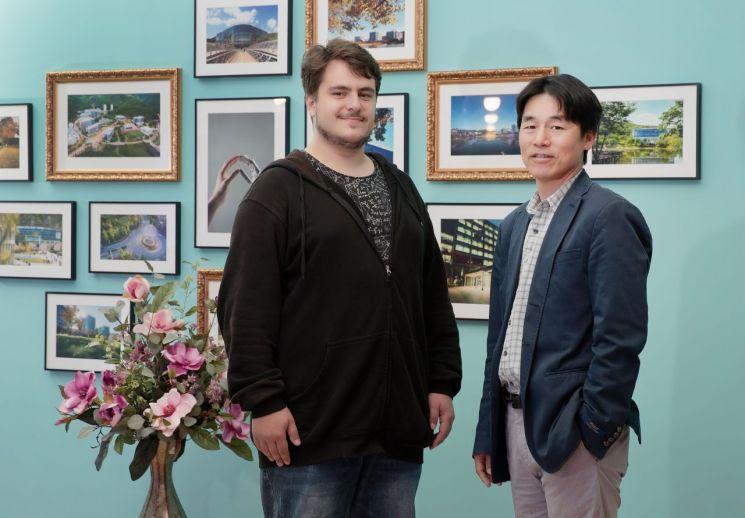 박노정 교수(우측)과 마무트 오카야이 연구원(좌측). [이미지출처=유니스트]
