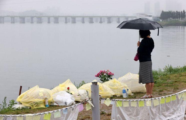 16일 고(故) 손정민 씨 추모 공간이 마련된 서울 반포한강공원 택시 승강장 입구를 찾은 시민들이 손씨를 추모하고 있다. [이미지출처=연합뉴스]